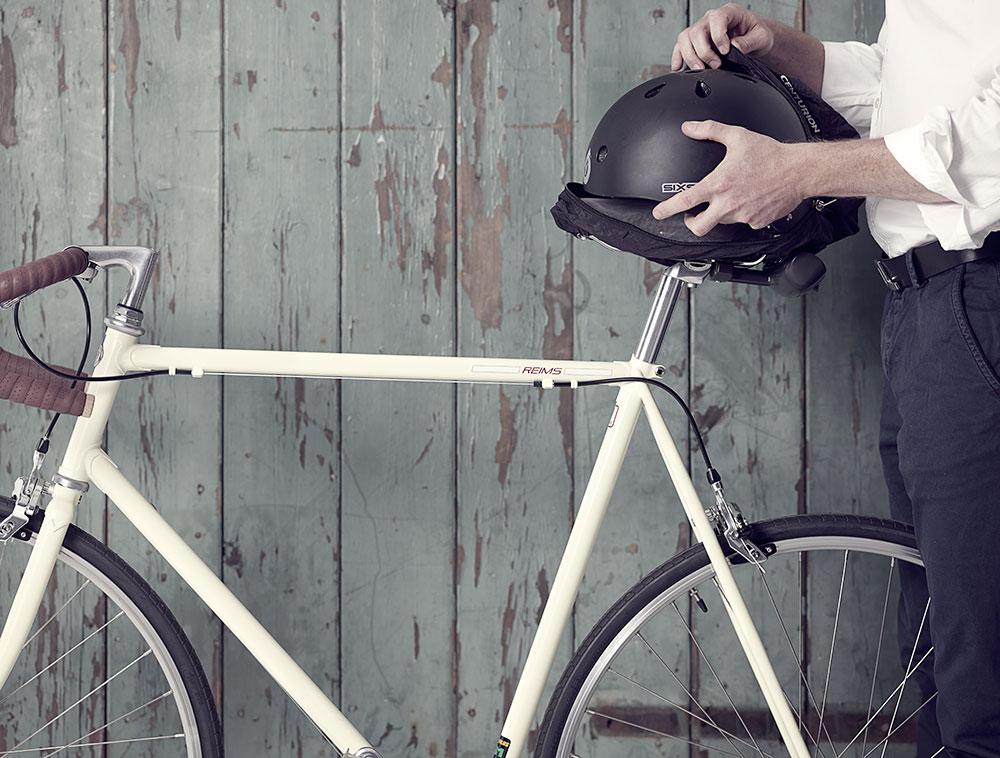 Coprisella e riparo per il casco tutto in uno