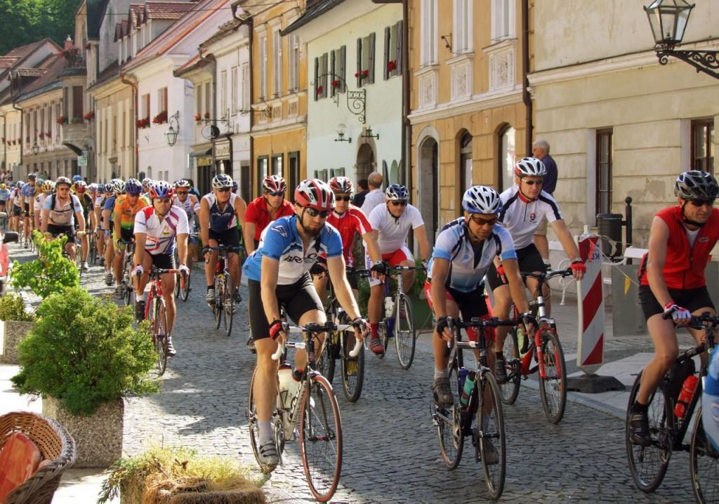 Ciclisti affiancati codice strada