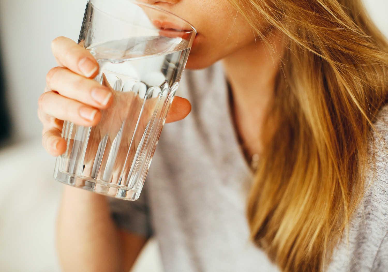 La regola degli 8 bicchieri d'acqua al giorno non serve: ecco quanto bere davvero per stare bene