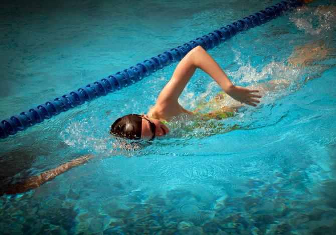 cosa portare in piscina nuoto