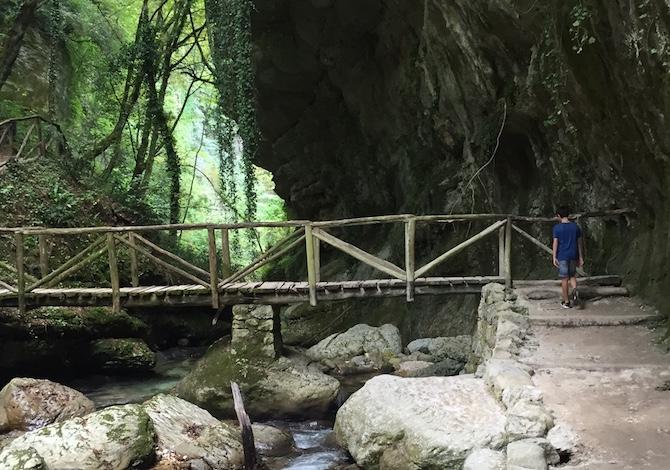 majella-con-bambini-valle-orfento-fiume-foto-de-mori