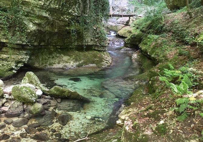 majella-con-bambini-valle-orfento-rocce-acqua-foto-de-mori