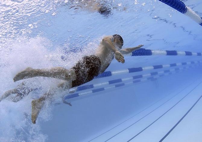 costume-uomo-nuoto-piscina