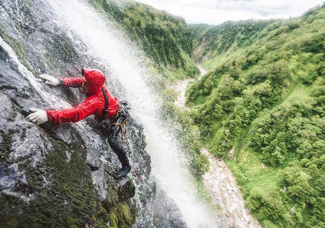 sawanobori-risalire-le-cascate-scalando-le-rocce