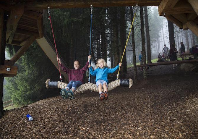 tirolo-bambini-estate-Sentiero-delle-case-sugli-alberi-nella-valle-dello-Stubai-Tirol-Werbung-Bert-Heinzlmeier