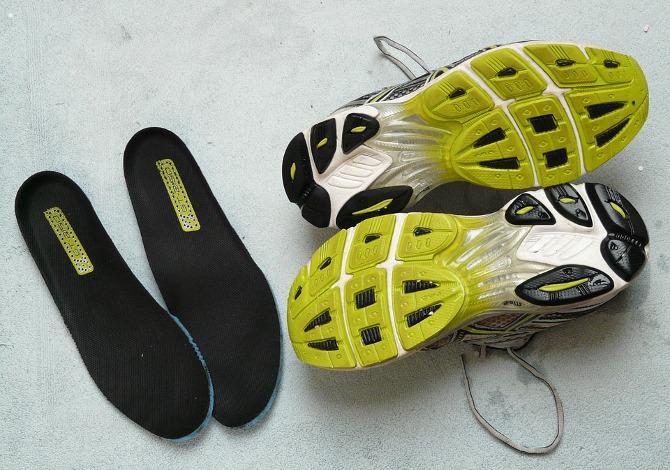 5 rimedi per eliminare l'odore nelle scarpe da ginnastica
