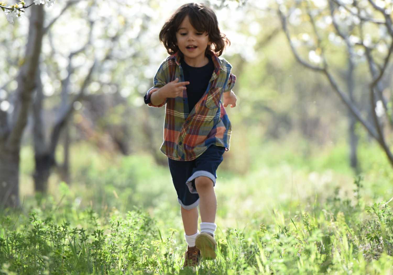 stare all'aperto rende i bambini più felici