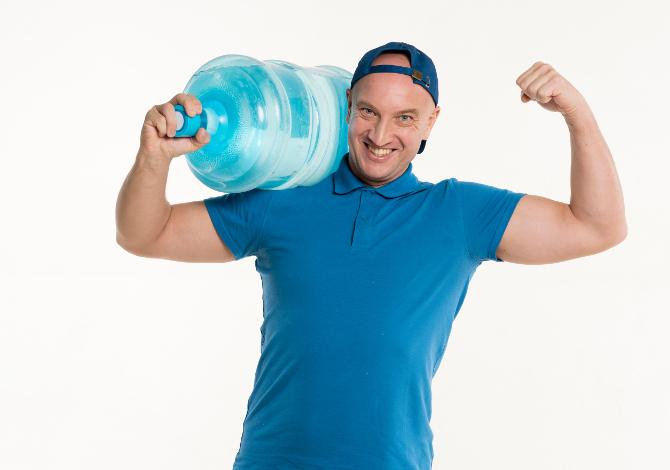 Esercizi con le bottiglie al posto dei pesi per fare ginnastica: i migliori da fare a casa