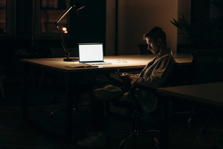 Stare seduti troppo fa male (anche) al cervello, ma si può rimediare