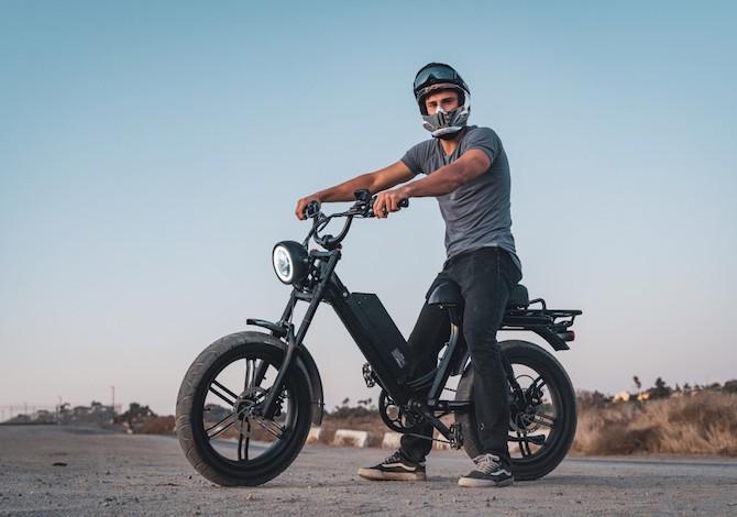 la-e-bike-che-sembra-un-motorino-anni-70
