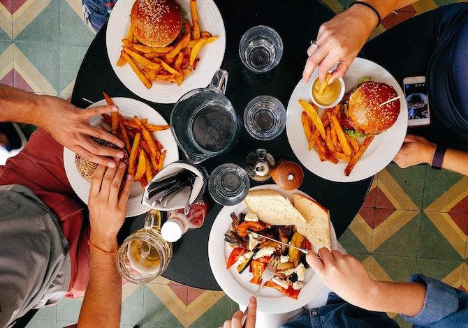 mangiare-troppo-la-sera-non-fa-bene-si-accumulano-troppe-energie-e-calorie
