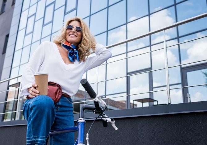 Ciclista che supera a destra