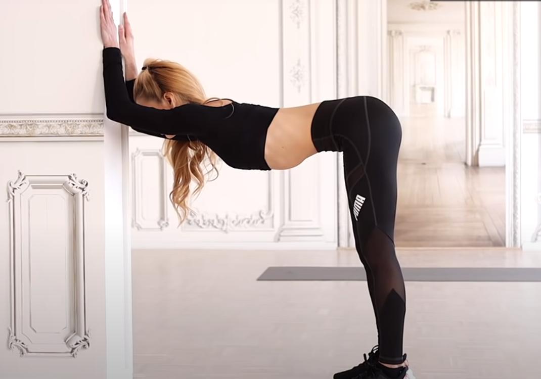 8 minuti di stretching per sgranchirsi durante il giorno con Pamela Reif