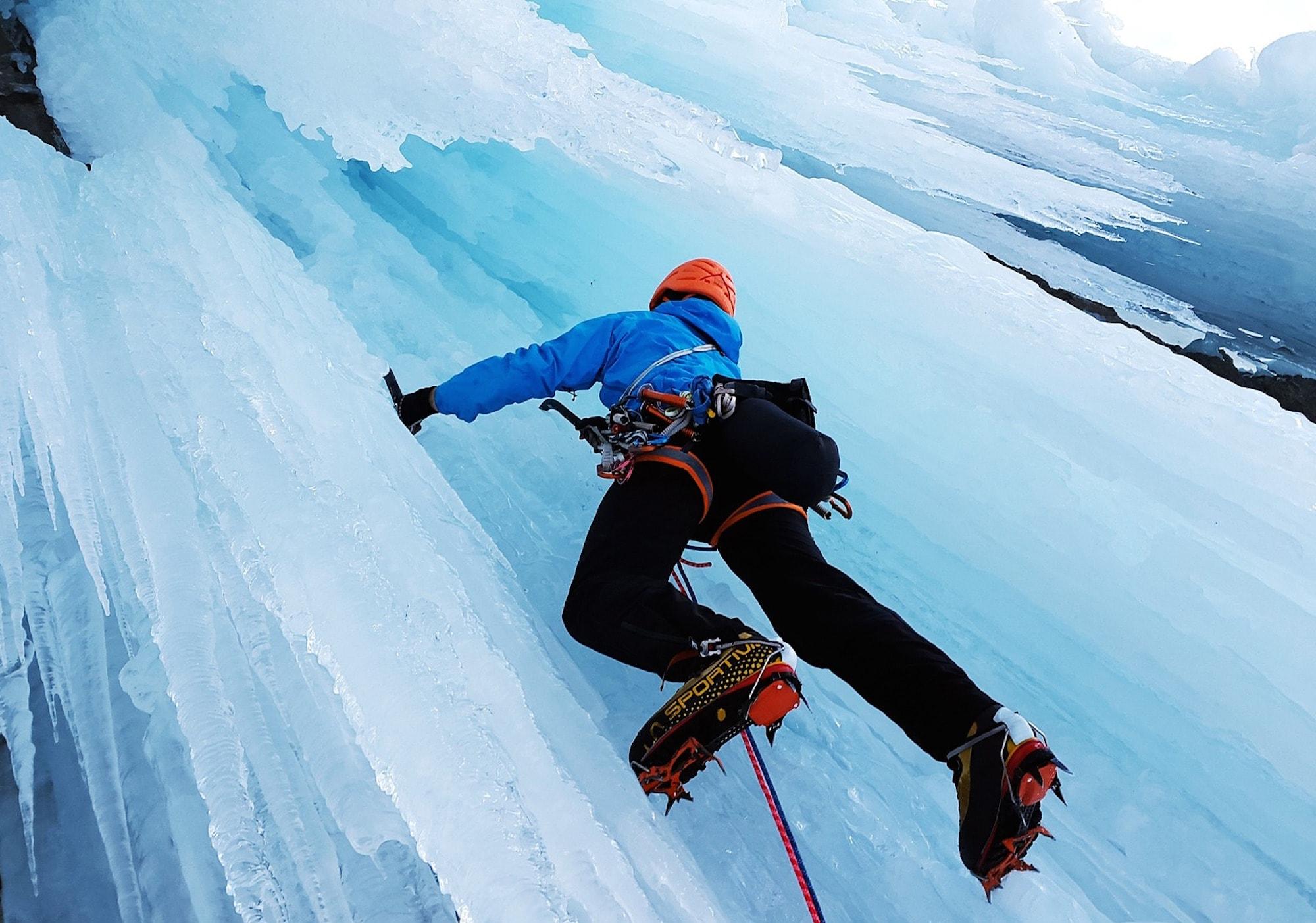 arrampicata-su-ghiaccio-5-cose-da-sapere-per-andare-in-sicurezza