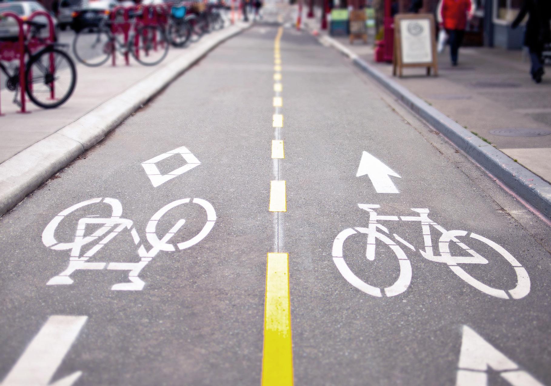 Pedoni sulla pista ciclabile