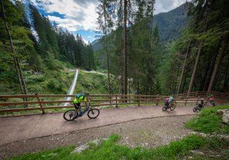 In bicicletta in Trentino nella Valle di Primiero, ai piedi delle Pale di San Martino