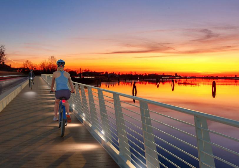La bellissima ciclabile sull'acqua di Cavallino-Treporti con vista sulla laguna di Venezia