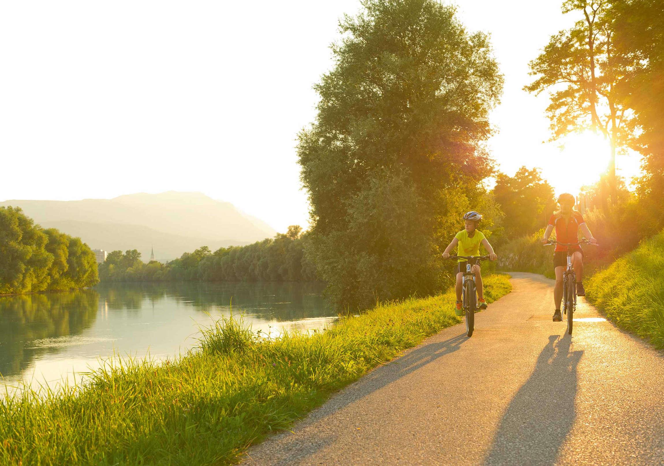 In bicicletta lungo la pista ciclabile della Drava, pedalando tra i monti dell'Austria del Sud