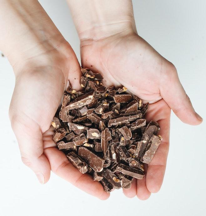 cioccolato-fondente-i-benefici-di-consumarne-poco-ma-tutti-i-giorni-amore