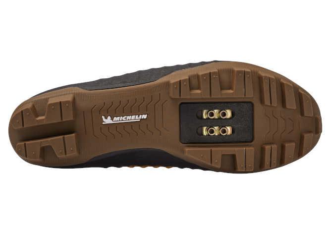 La nuova scarpa gravel DMT GK1 con suola Michelin
