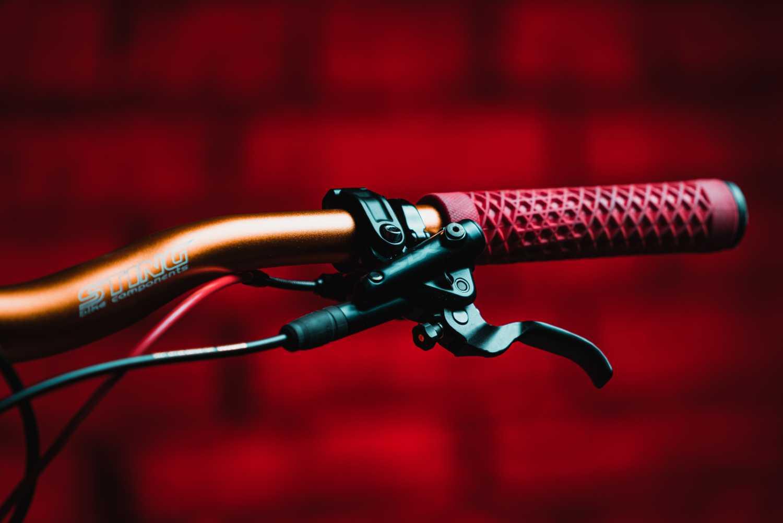 Come sfilare le manopole dal manubrio della mountain bike